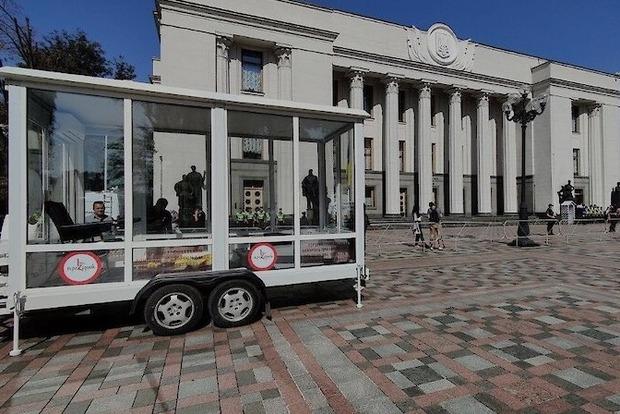 В Верховную Раду привезли мобильный детектор лжи для депутатов - «прозрачную комнату»