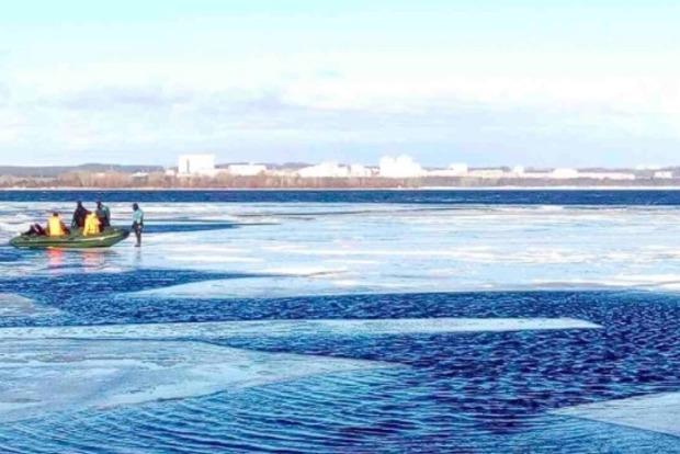 В Киеве на Днепре с отколовшейся льдины спасатели сняли 30 рыбаков