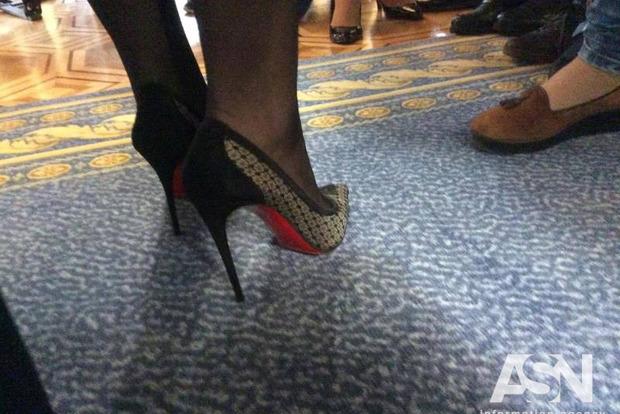 Модный удар: Луценко выгуляла в Раду любимые «лабутены» и платье от Луи Виттон