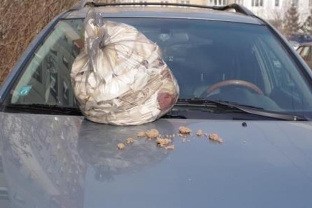 В Киеве неправильно припаркованную машину похоронили под мусором