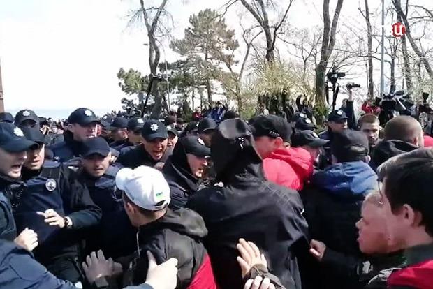 В Одессе проверяют действия полицейских в ходе драки проукраинских и пророссийских активистов