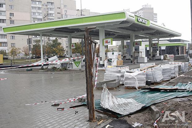 Активісти, які борються проти скандальної АЗС на Ревуцького у Києві, заявляють про тиск поліції