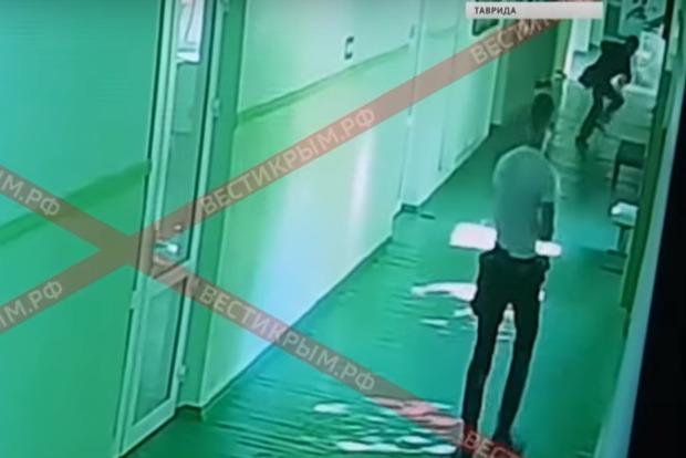 Добивал своих жертв: СМИ показали видео с камер наблюдения керченского колледжа (18+)
