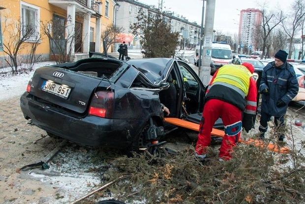 В Киеве Audi на еврономерах влетел на остановку с людьми: есть жертви