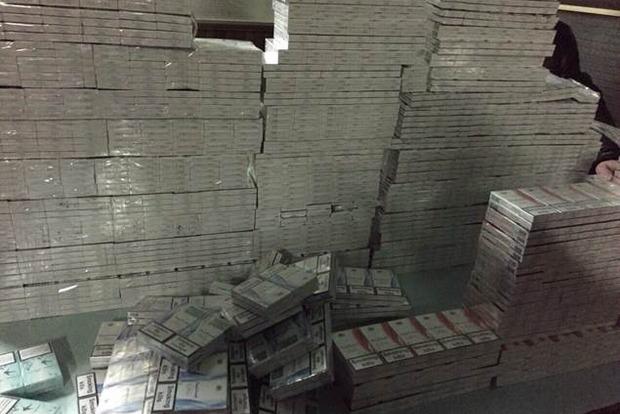 В купе проводника поезда «Киев - Варшава» нашли партию контрабандных сигарет