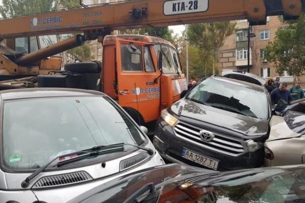 В центре Киева огромный кран смял десятки машин