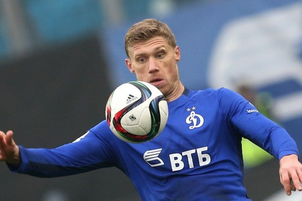 Российский футболист вызвал недоумение пошлой подписью к семейному фото