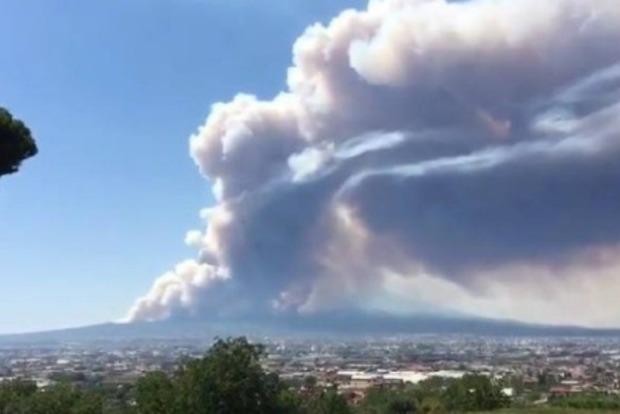 В Италии пылают склоны вулкана Везувий, население эвакуируют