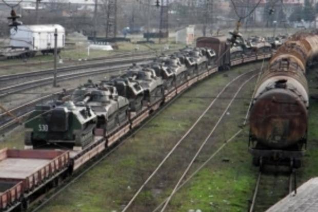 В Дебальцево разгружают эшелон военной техники из России