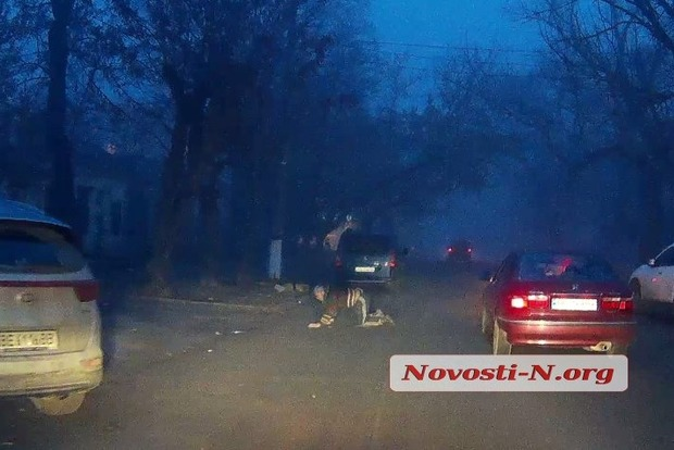 В центре Николаева пьяный мужчина переходил дорогу на четвереньках