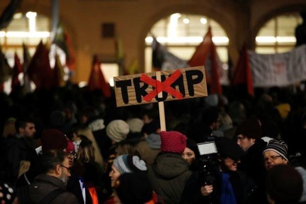 ВШвейцарії пройшли масові акції проти візиту президента США вДавос