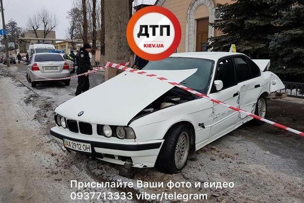 В Киеве BMW вылетел на тротуар и раздавил женщину об столб