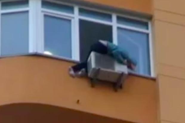 В Киеве кондиционер спас жизнь девушке, которая пыталась выпрыгнуть с 11-го этажа