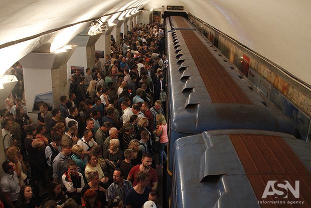 Станция метро Майдан Незалежности забита людьми. Синяя ветка не едет