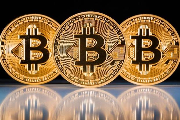 Стоимость Bitcoin за ночь упала на 18%