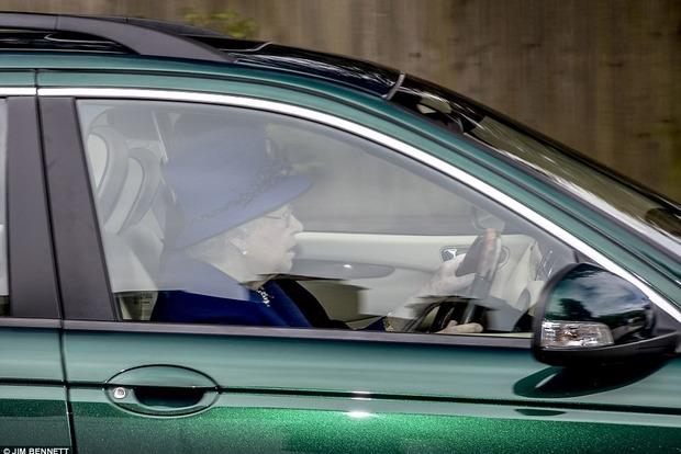 Королева Великобритании в 91 год сама водит Jaguar, когда едет на службу в церковь