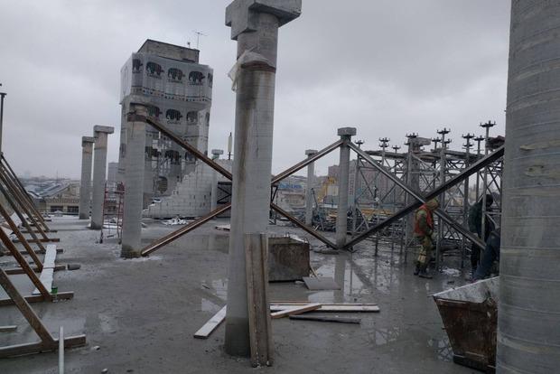 В Киеве с Дома профсоюзов снесли этаж незаконной надстройки