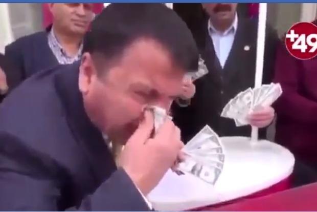 Сморкаются и жгут доллары. Турецкие политики устроили антиамериканский флешмоб