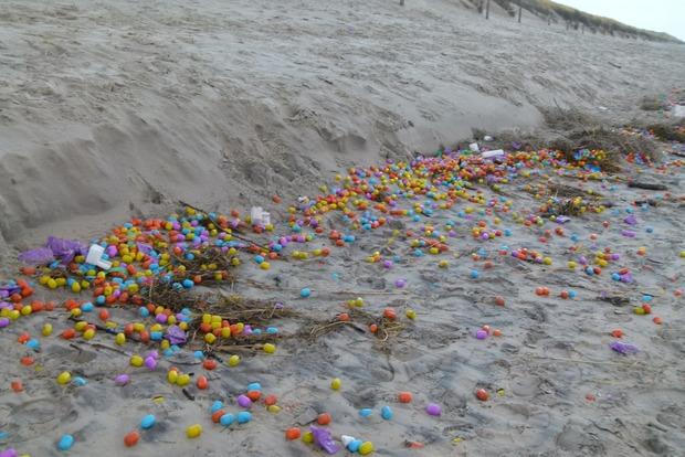 На берег острова выбросило десятки тысяч игрушек «киндер-сюрприз»