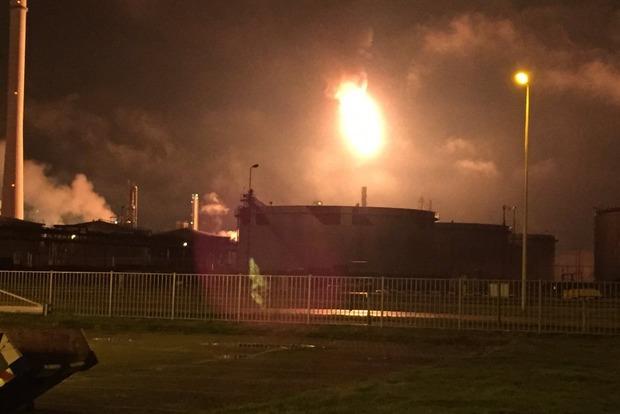 Компания Shell в Роттердаме приостановила работу нефтезавода после пожара