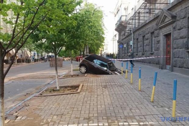 В центре Киева авто стоимостью 40 тыс. долларов провалилось под землю