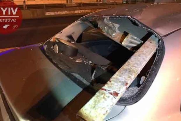 В Киеве такси врезалось в отбойник, пострадал ребенок