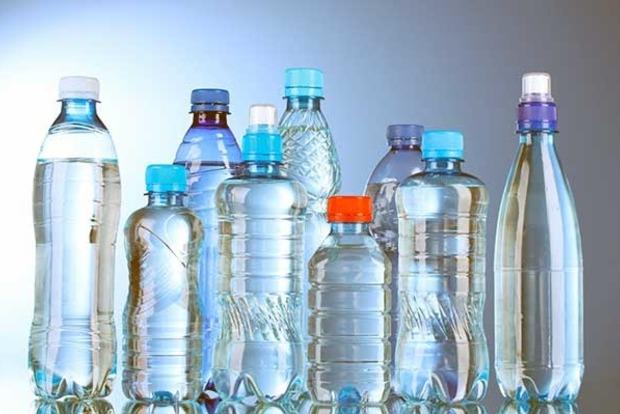 Бутилированную воду люди пьют вместе смикропластиком— Yle