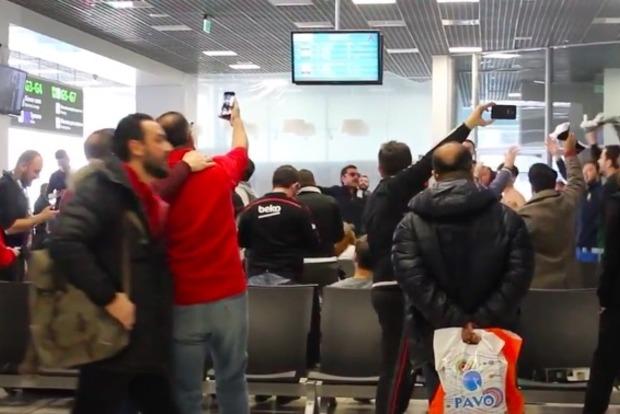 Турецкие болельщики показали свою «культуру» в аэропорту Жуляны