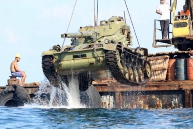 Зачем ливанцы топят старые танки в Средиземном море