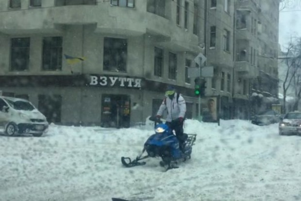 В Харькове победили снегопад: по городу уже ездят снегоходы
