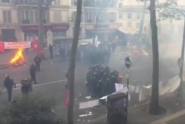В Париже начались столкновения с полицией во время первомайской демонстрации