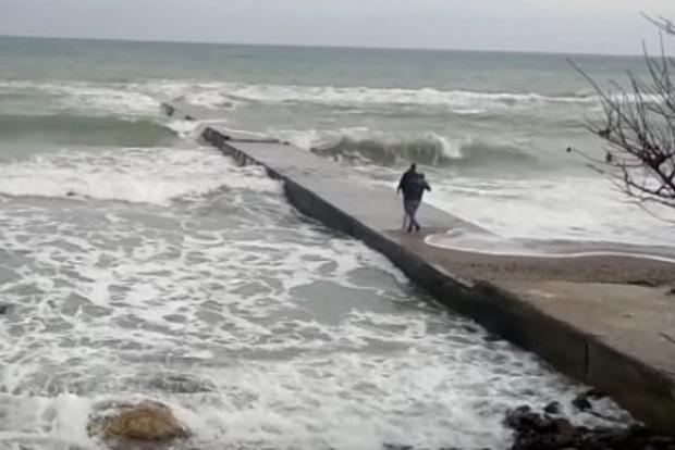 В Одессе девушку смыло с пирса, пострадавшая утонула