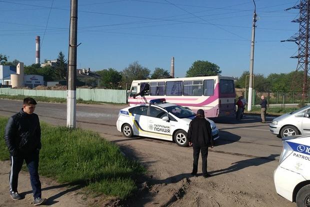 Никто не виноват: В Черновцах автокран насквозь пробил маршрутку