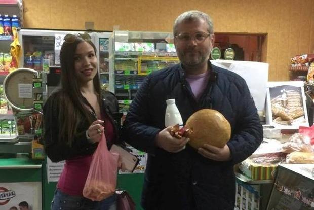 Будни нардепа: Вилкул покупает хлеб, кефир и сырки только в маленьких магазинах