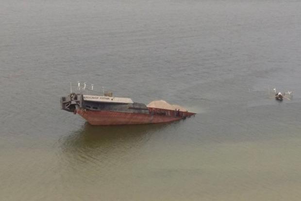 Баржа с нефтью утонула в Каховском водохранилище