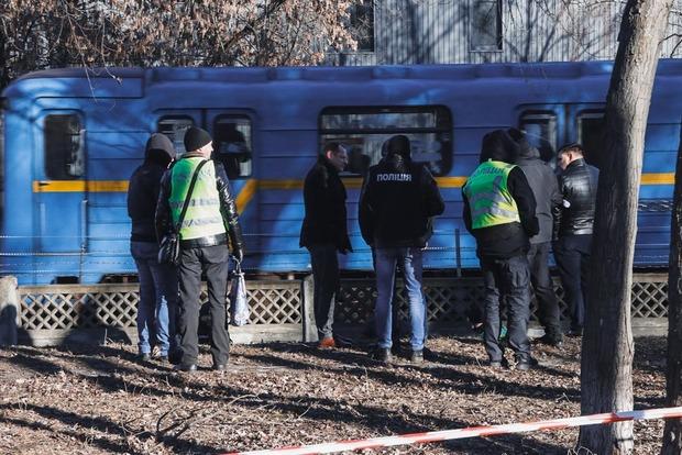 В Киеве возле метро нашли тело голой женщины (18+)