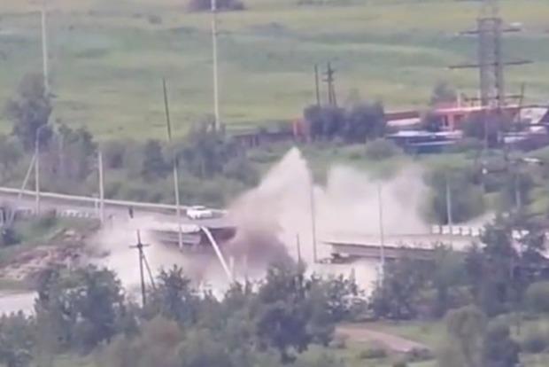 Как карточный домик: автомобильный мост сложился пополам (видео)