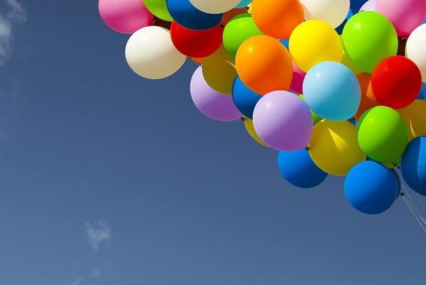 Маленький ребенок едва не задохнулся из-за воздушного шара. Что еще угрожает детям в быту