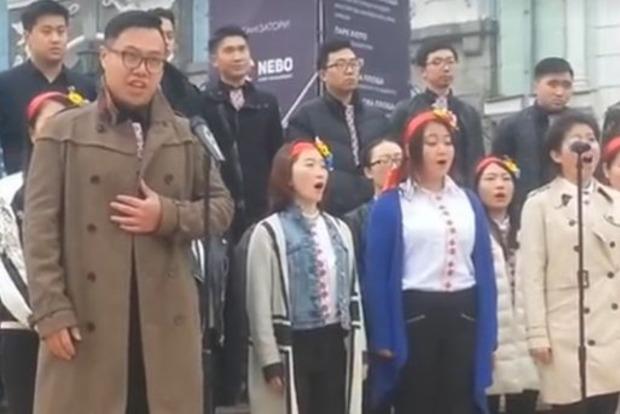 Китаец спел «Як тебе не любити...» в центре Киева