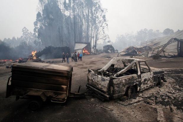 Лесные пожары охватили часть Португалии и Испании, погибли около 30 человек