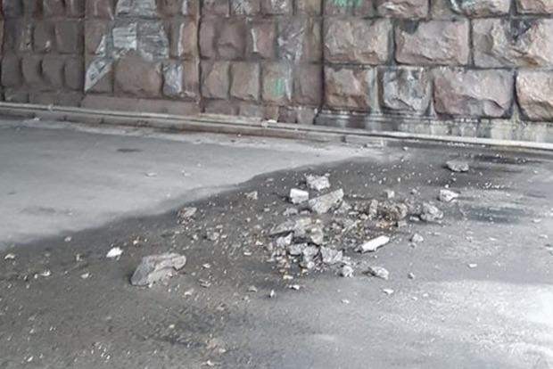 Падают куски бетона: в Киеве разваливается Воздухофлотский мост