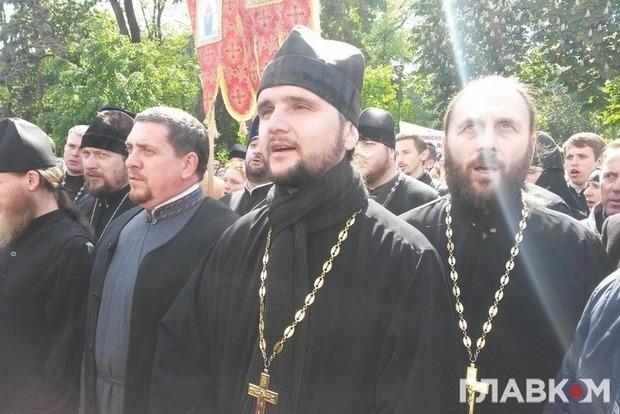 Под Радой в защиту РПЦ митингует священник, победивший на «Голосе страны»
