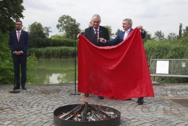 Президент Чехии публично сжег гигантские красные трусы