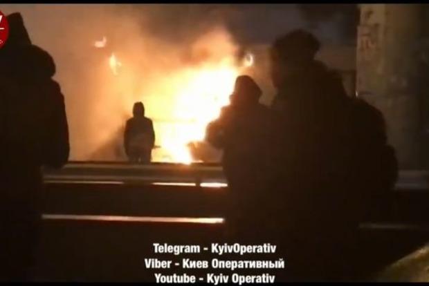 ВКиеве около автовокзала интенсивный пожар: пламенеют МАФы