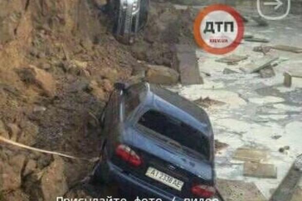 ВКиеве впровал надороге свалились три машины