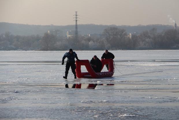 В Киеве несколько рыбаков на льдине оторвались от берега