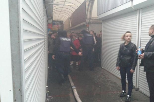 Пожар на рынке в Одессе: дымом отравились семеро полицейских