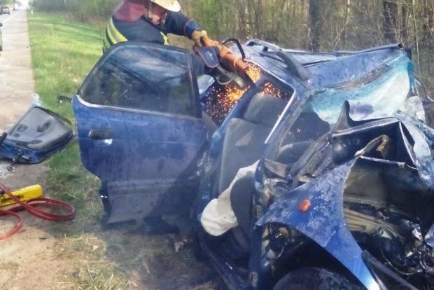 Жуткое ДТП в Житомирской области: тела погибших спасатели вырезали из автомобилей
