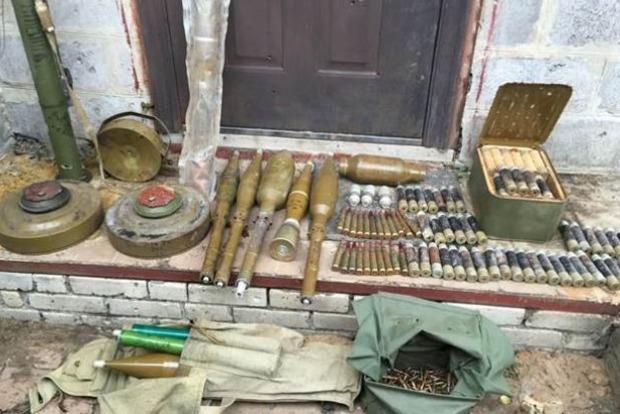 В Донецкой области найден тайник с наркотиками, гранатами и фальшивыми документами