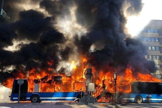 У центрі Стокгольма вибухнув і згорів пасажирський автобус